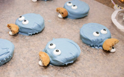 If you have a little one who loves Sesame Street, then they are sure to love these cookie monster and elmo cookies. They are easy to make with candy melts, and oh so cute.