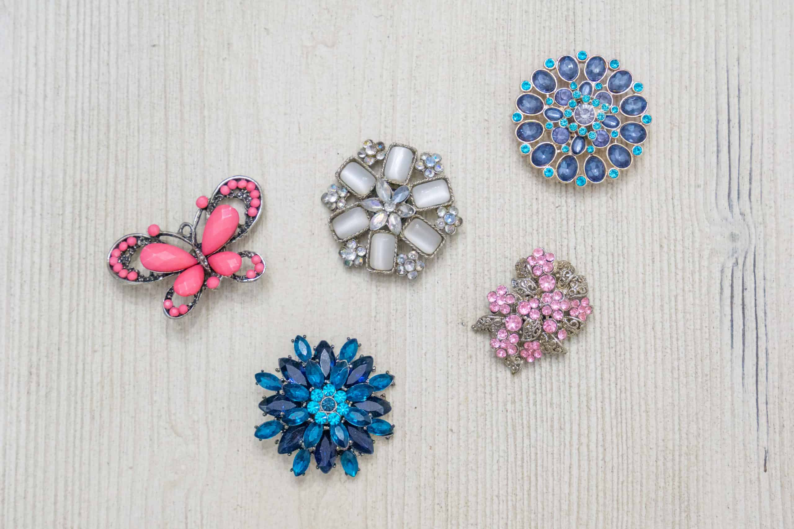 Do you have a bunch of old brooches laying around taking up space? Follow this simple tutorial to turn them into vintage jewelry magnets.