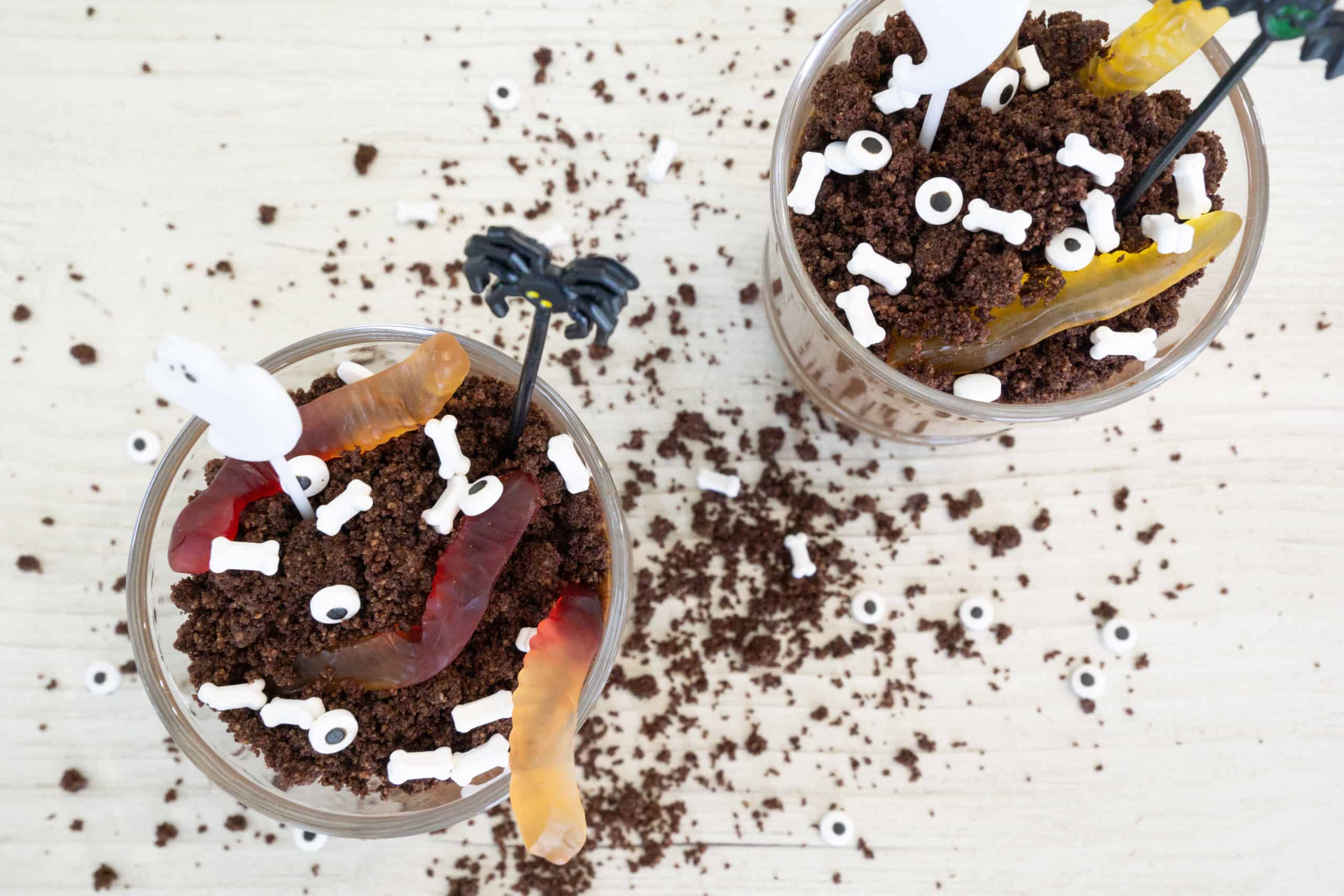 Oh my goodness, these healthy Halloween dirt cups are so good, you will NOT believe that they are also good foryou.